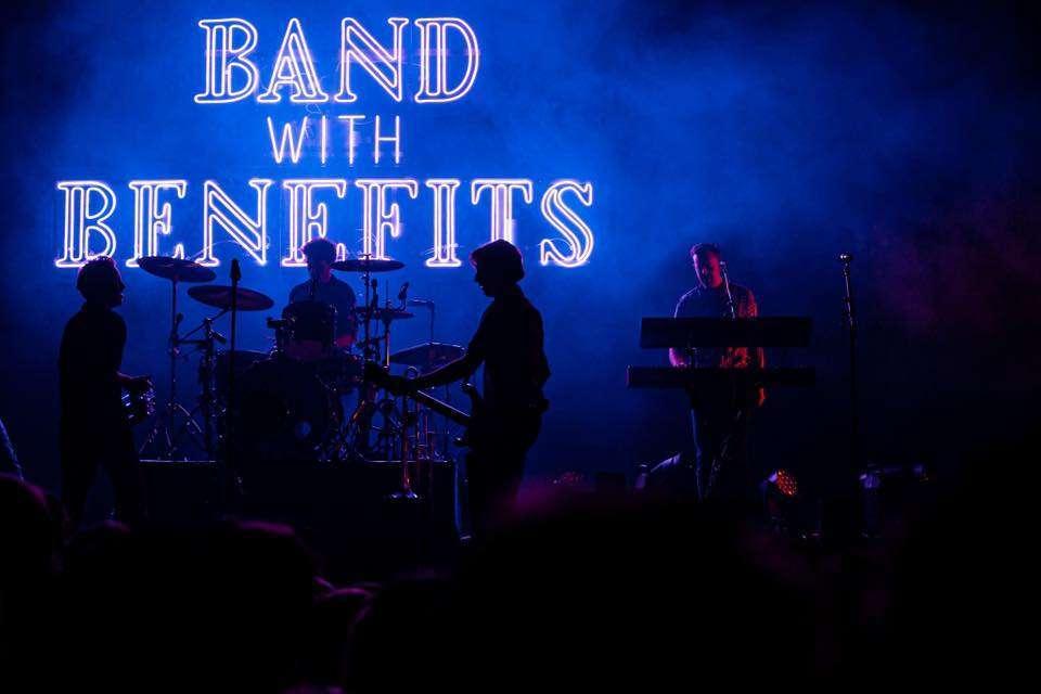 LOGO band with benefits LEDNEON