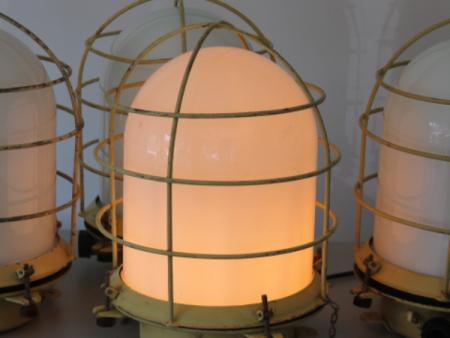 vaalgele_bunkerlamp_stolplamp_opaline_melkglas_01